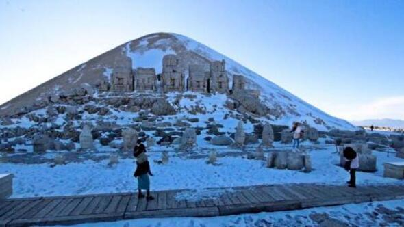 Nemrut Dağına mevsimin ilk karı düştü