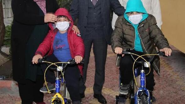 Bakan Soyludan şehit polis Barış Gölün çocuklarına bisiklet hediyesi
