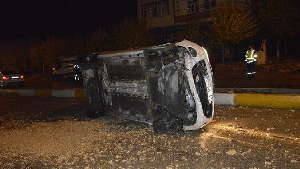 Devrilen otomobil sürücüsü yaralandı