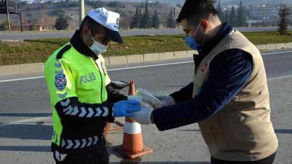 Kısıtlamada görev yapan polislere çorba ikramı