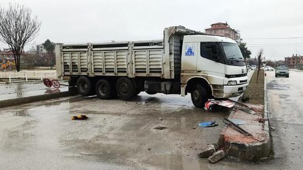 Freni boşalan kamyon refüje çarpıp durdu