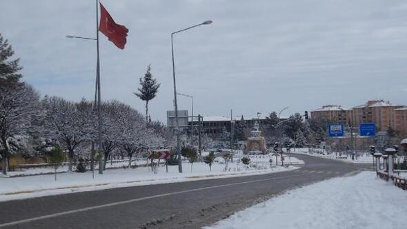 Besniye mevsimin ilk karı düştü