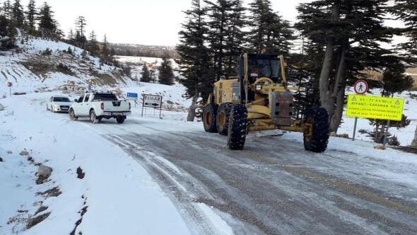 Karda mahsur kalanları, belediye ekipleri kurtardı