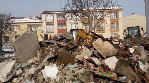 İnegölde 2 metruk bina yıkıldı