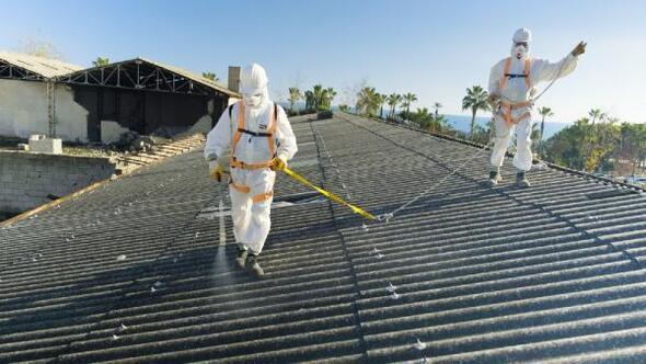 Asbestli binada söküm çalışması başladı