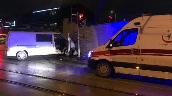Ticari aracıyla duvara çarpan sürücü yaralandı
