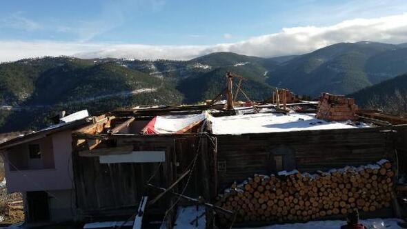 Taşköprüde fırtına evlerin çatısını uçurdu