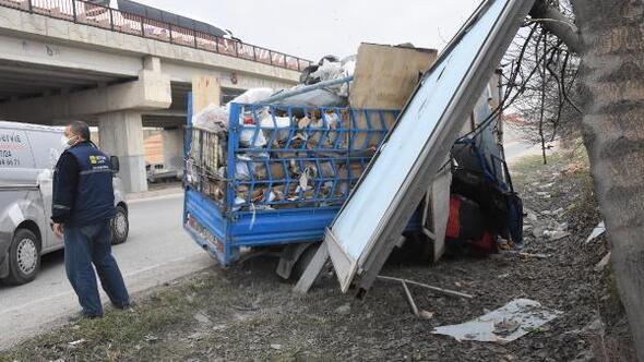 TIR'a çarpan kamyonetteki 3 kişi yaralandı