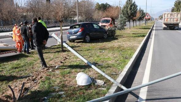 Otomobil direği ve ağacı devirdi