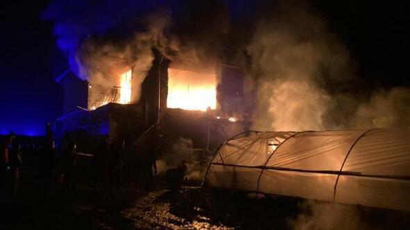 Bucakta 2 katlı ev yandı