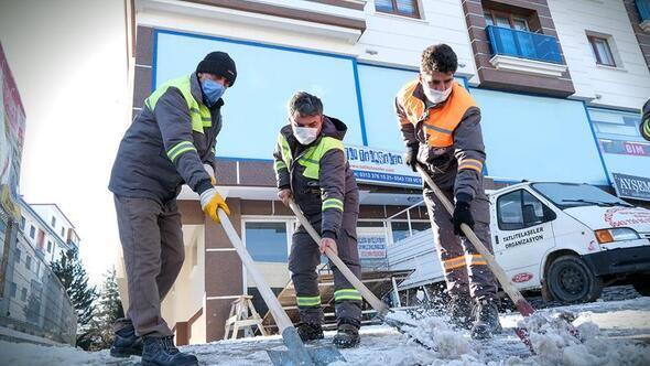 Buz tutan kaldırımlar temizlendi