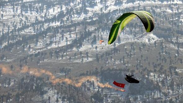 Toroslar Arslanköy Yaylası, yamaç paraşütü tutkunlarını ağırladı