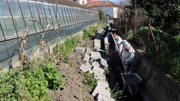 Büyükşehir Finikede sulama kanalları etrafına duvar örüyor