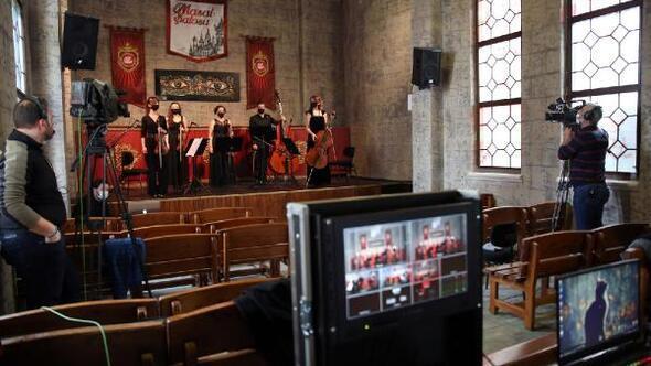 Senfoni orkestrası online konserde Masal Şatosu'nda sahne aldı