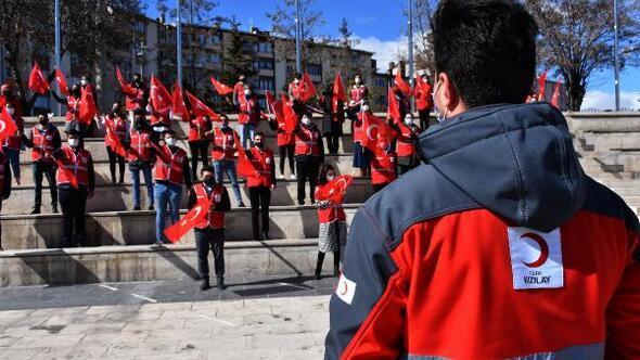 Genç Kızılay gönüllüleri, İstiklal Marşını seslendirdi