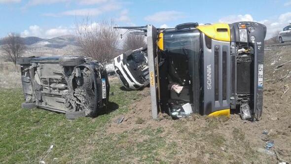 TIR devrildi, 7 araç hasar gördü
