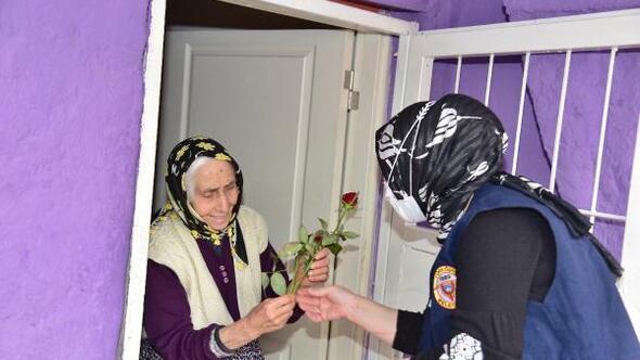 Yüreğir Belediyesi ekipleri, yaşlılara gül dağıttı