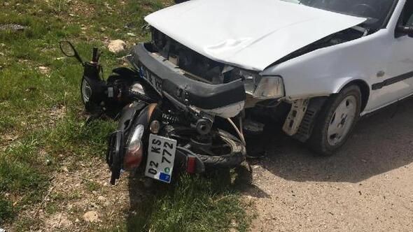 Otomobil altına giren motosiklet sürücüsü yaralandı