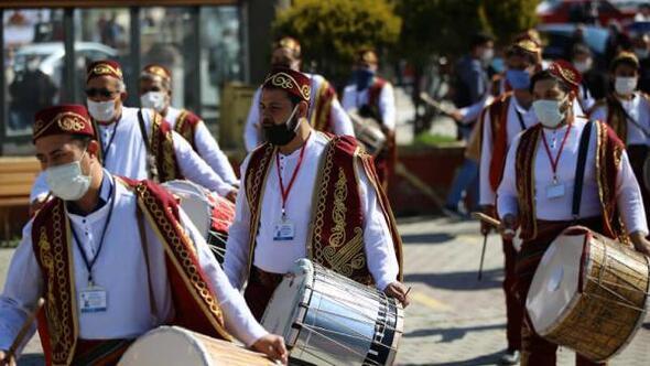 Ramazan davulcuları maniler eşliğinde vatandaşları selamladı