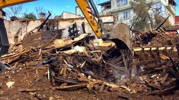 Osmangazide yanan bina gece saatlerinde yıkıldı