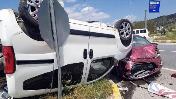 Çinede hafif ticari araçla otomobil çarpıştı: 3 yaralı