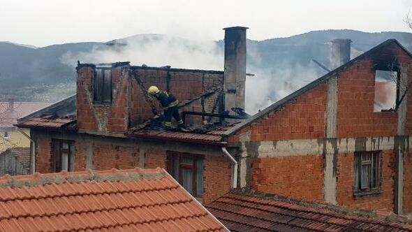 2 katlı evin çatısı yandı