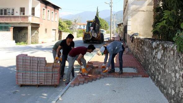 Finike Atatürk Caddesinde kaldırım çalışması sürüyor