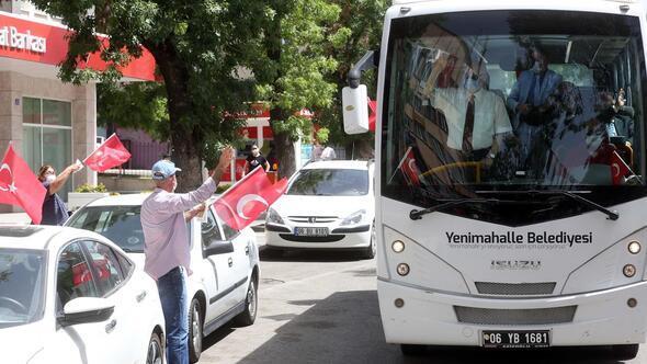 Marşlar eşliğinde otobüslü kutlama
