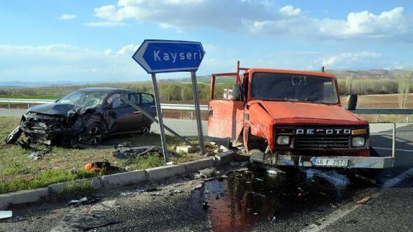 Kayseride otomobil ile kamyonet çarpıştı: 2 yaralı