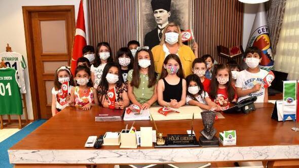 Başkan Erdemin makamını çocuklar renklendirdi