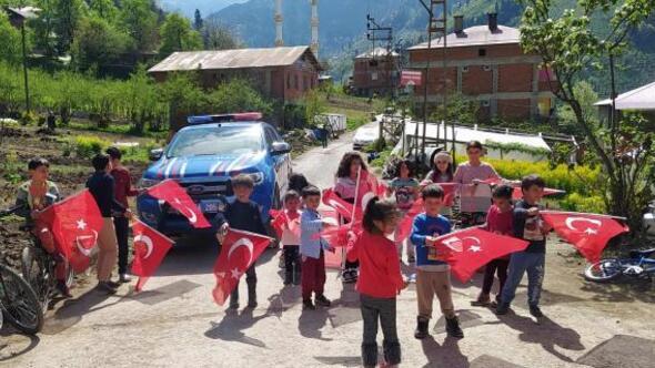 Trabzonda jandarma çocuklara bayrak ve oyuncak dağıttı