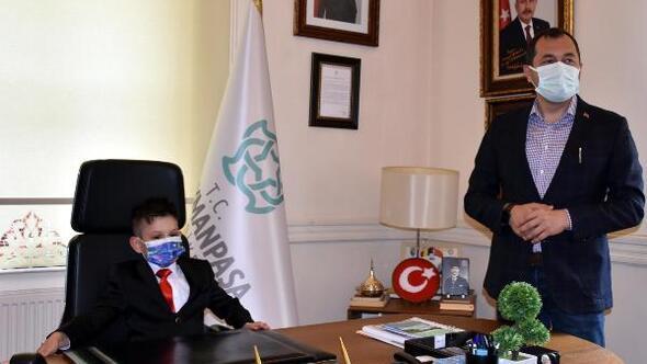 Başkan Yükselin koltuğuna oturan Buğra, okuluna kütüphane istedi