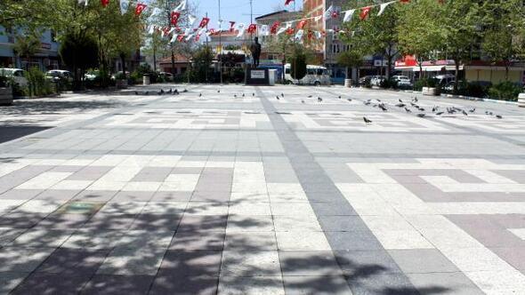 Tam kapanma sürecinde Manyasta meydanlar ve sokaklar boş kaldı