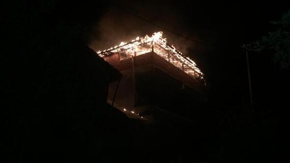 İnegölde 2 katlı binanın terasında yangın