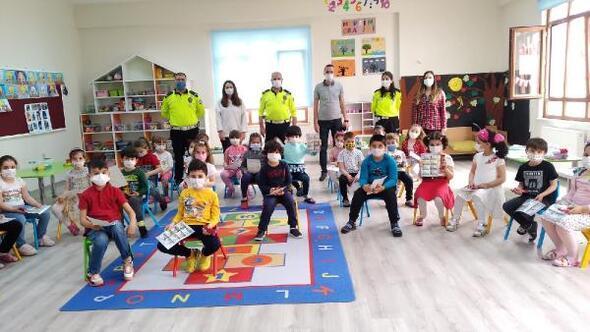 Bursa polisi anaokulundaki öğrencilere trafik haftası eğitimi verdi