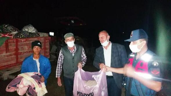Yağmurda çadırları zarar gören mevsimlik işçilere battaniye dağıtıldı