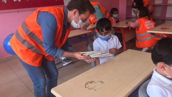Köy çocuklarını sevindiren kitaplar