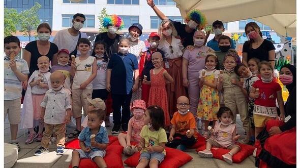 Hastane bahçesinde neşeli kutlama