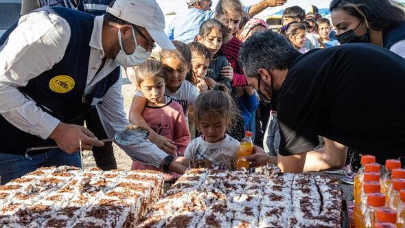 Mevsimlik tarım işçilerinin çocuklarına sürpriz doğum günü kutlaması