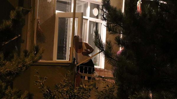 Pompalı tüfeğiyle balkona çıktı, 2.5 saat bekledi! Komşular tedirgin oldu