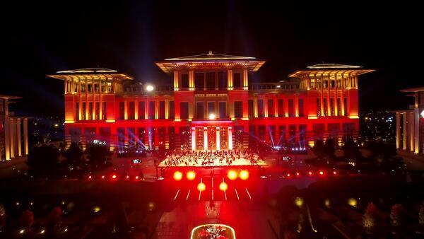 Cumhurbaşkanlığı Külliyesi'nde 15 Temmuz'a özel konser! Fahir Atakoğlu'nun eseri ilk kez dinleyiciyle buluştu