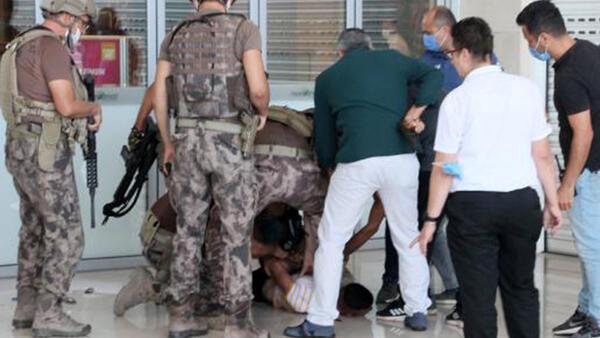 Antalya'da boğazına bıçak dayadığı ustasını, 5 saat rehin aldı