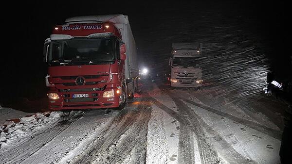 Ardahan'da zor anlar! Kar ve tipi nedeniyle tırlar yolda kaldı