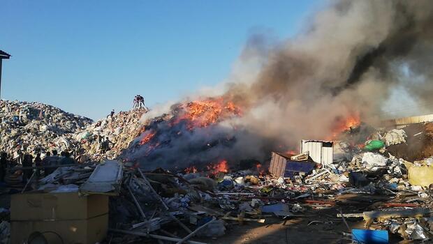 Geri dönüşüm fabrikasında yangın! Çok sayıda ekip sevk edildi