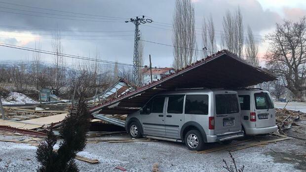 Karaman'da şiddetli rüzgar çatıları uçurdu; 2 araç hasar gördü