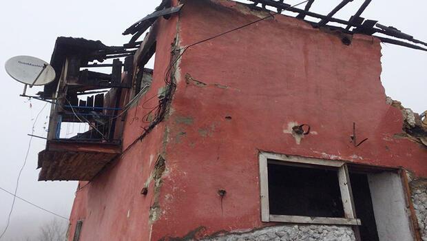 Osmangazi Belediyesi, geçtiğimiz günlerde çıkan yangında büyük zarar gören ve vatandaşlar için tehlike oluşturan Güneybudaklar Mahallesi'ndeki iki katlı evi yıktı.
