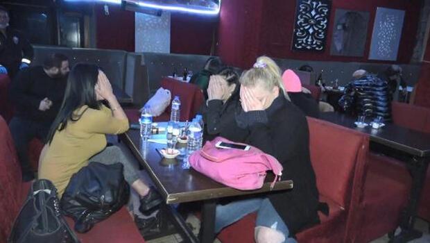 BURSA'da, 100 polisin katılımıyla koronavirüs önlemleri kapsamında kapalı olması gereken pavyon ve eğlence mekanlarına yönelik düzenlenen kontrollerde yasağa uymadığı belirlenen mekanlardaki 20 kişi gözaltına alındı.