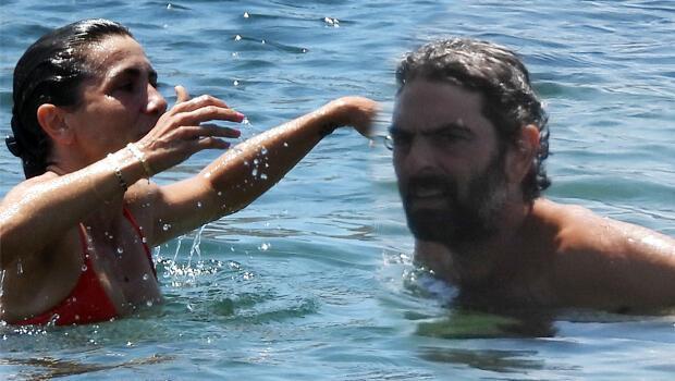 Oyuncu Mehmet Ali Nuroğlu ve eşi halk plajını tercih etti