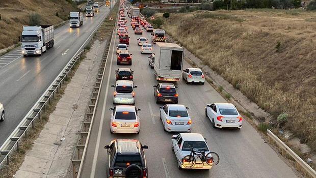 'Kilit Kavşak' kilitlendi, kilometrelerce araç kuyruğu oluştu