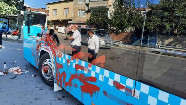 Otobüse alınmayınca şoföre kızdı, otobüsü yumruklayıp böyle kırmızıya boyadı